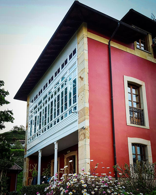 fachada del edificio de casona de indias con el ventanal